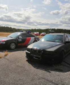 BMW mattamusta ja kiiltävä musta yliteippaus