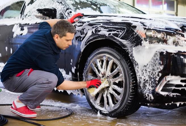 auton käsinpeseminen